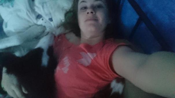 Og et lite bilde fra vår morgen. Hugin lå og varmet føttene mine, mens Zico og Luna lå i hver sin armkrok. Hvem vil vel ikke våkne til så mye kos og kjærlighet?